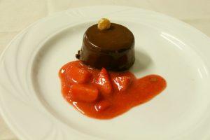 Mousse di cioccolato con salsa alle fragole